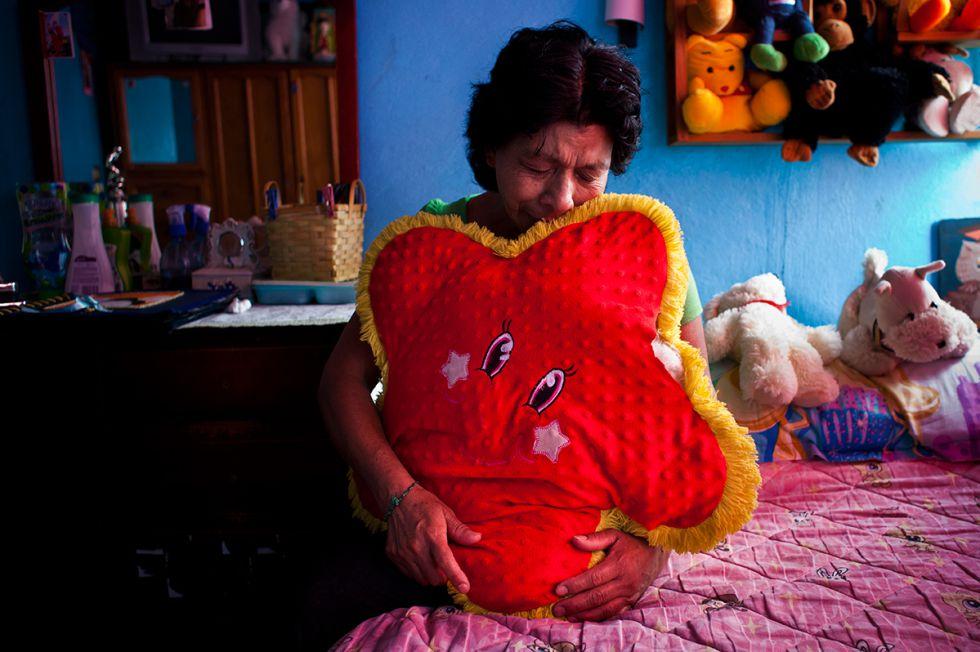 La madre de Amairay llora desconsolada en la habitación de su hija. Desapareció en 2012 a los 18 años. (Nuria Lopez Torres)