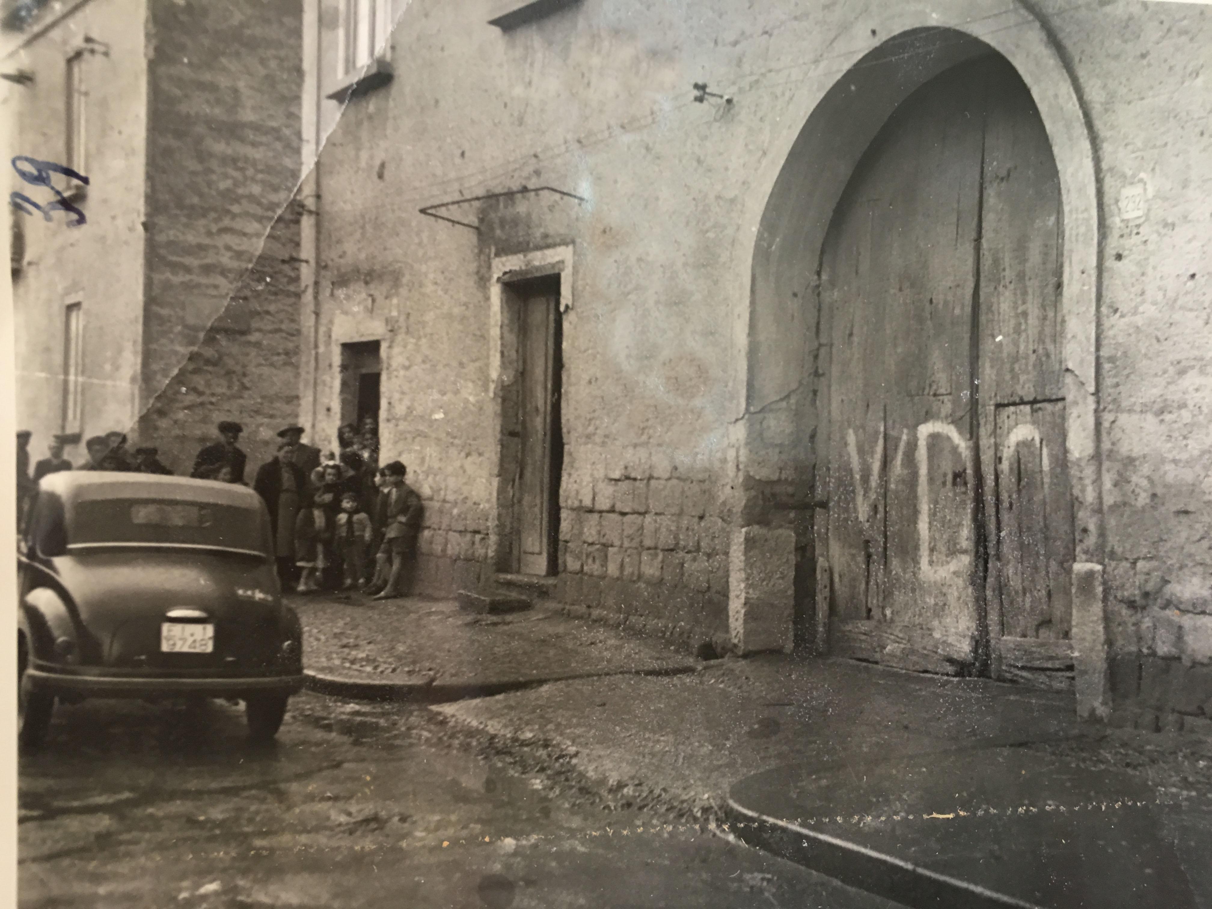 Curiosi all'ingresso dell'abitazione di Ferdinando Marcone