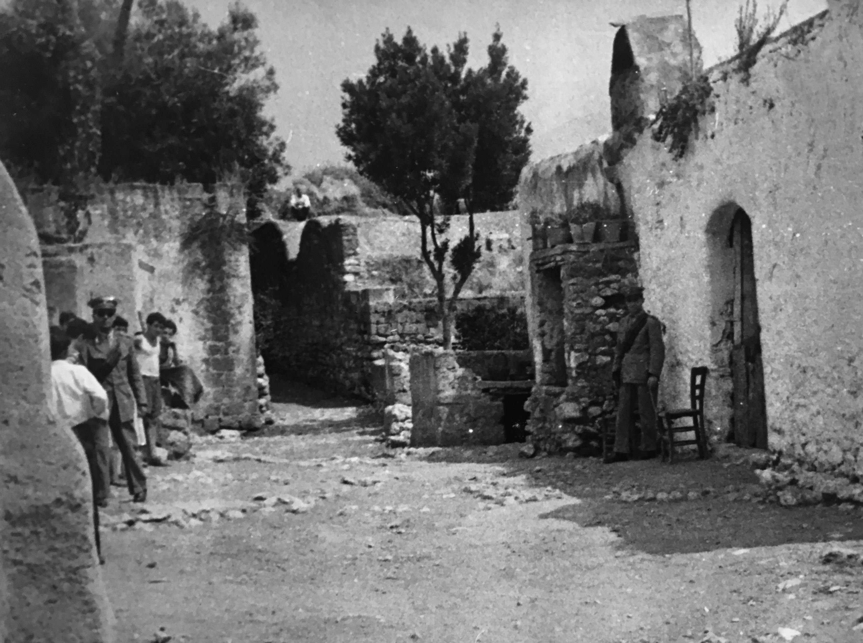 Carabinieri e curiosi sulla scena del crimine