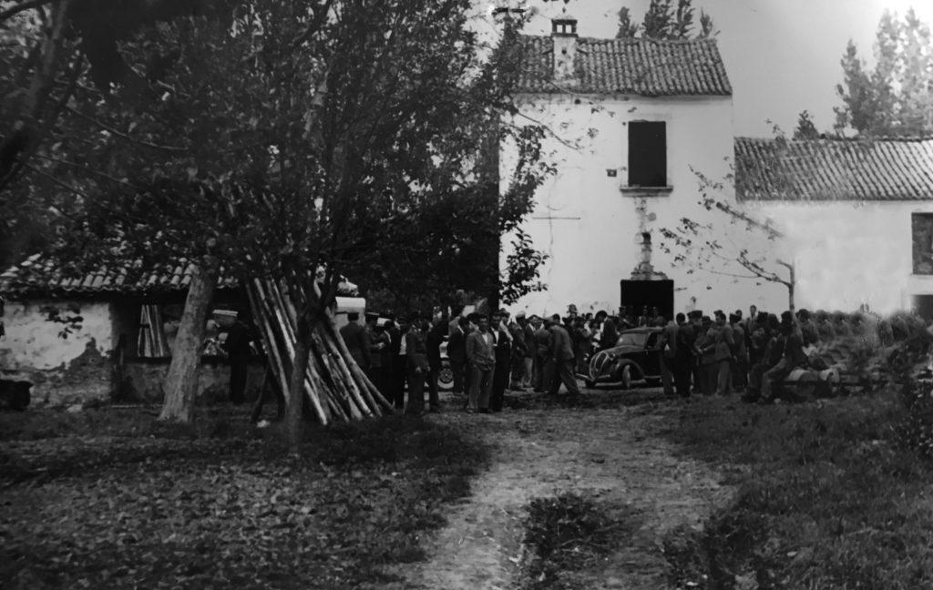 Polizia, carabinieri e curuiosi sul luogo del primo delitto